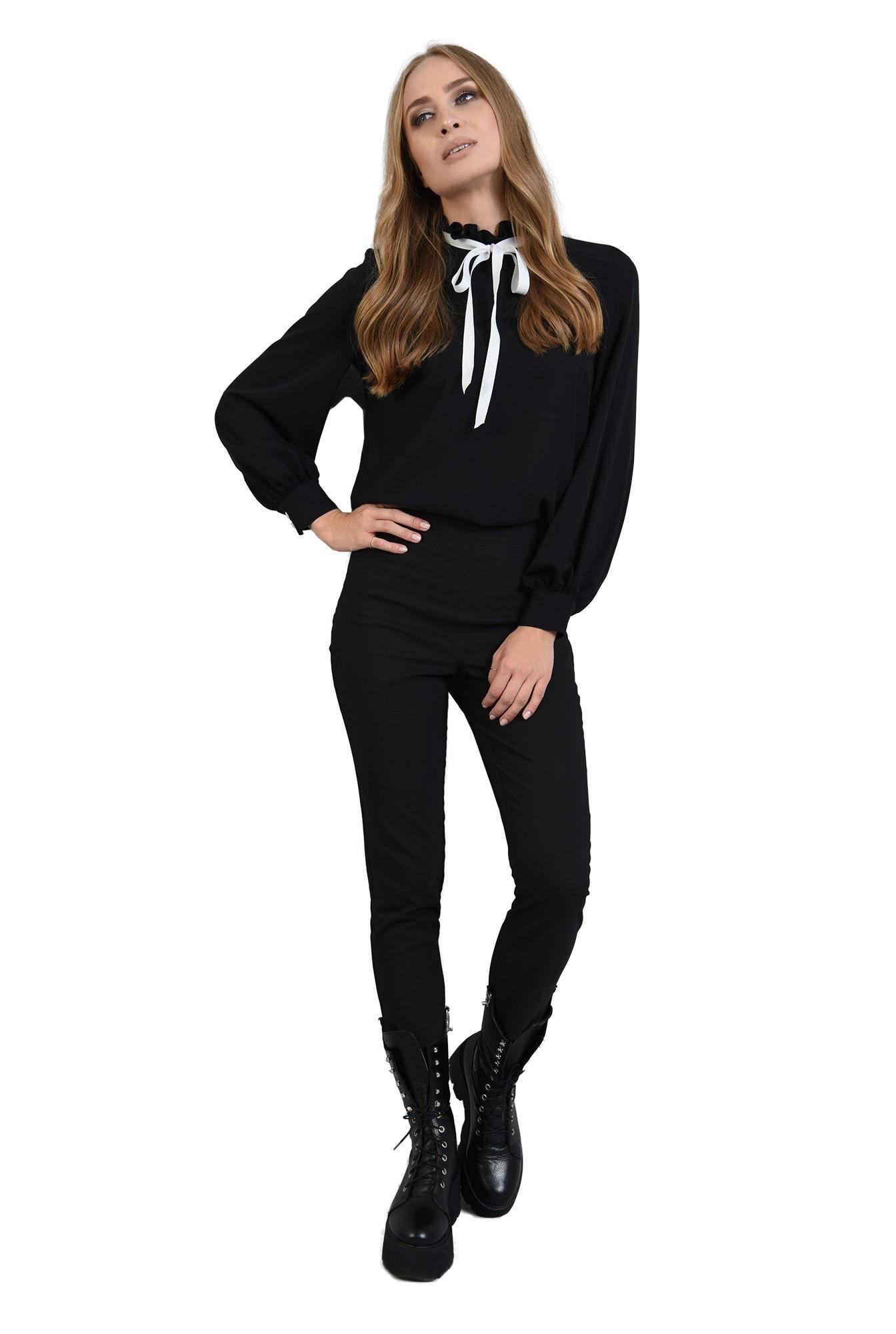 bluza neagra, cu guler inalt, cu funda alba