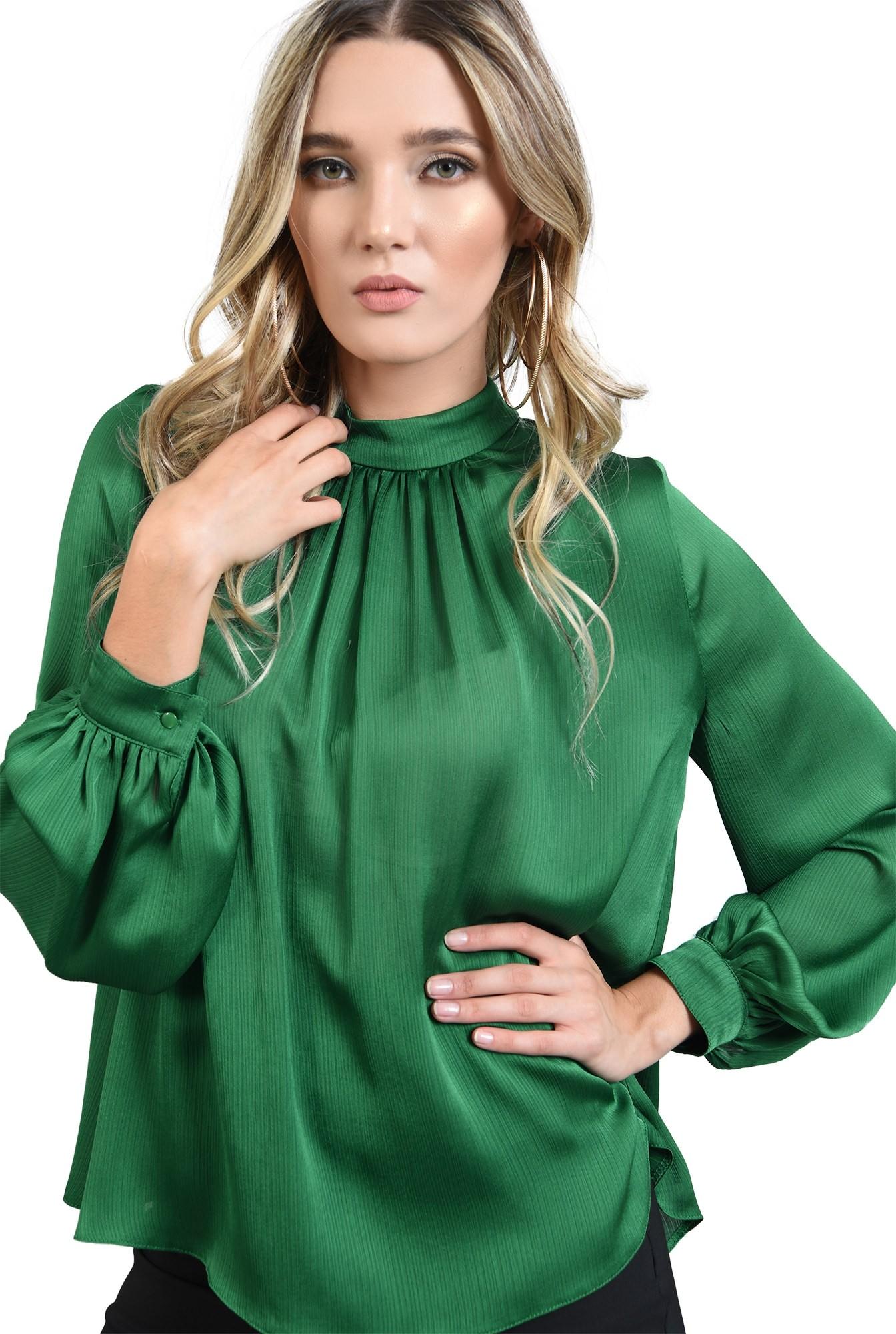 bluza lejera, verde, cu guler inalt, cu pliuri