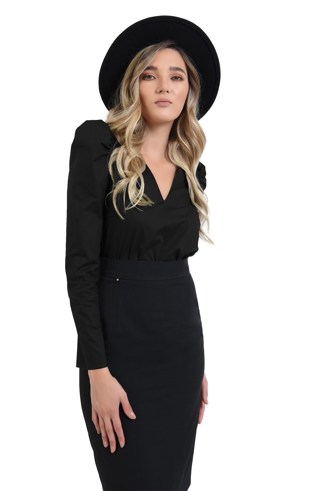 bluza neagra, cu umeri accentuati, cu maneca lunga