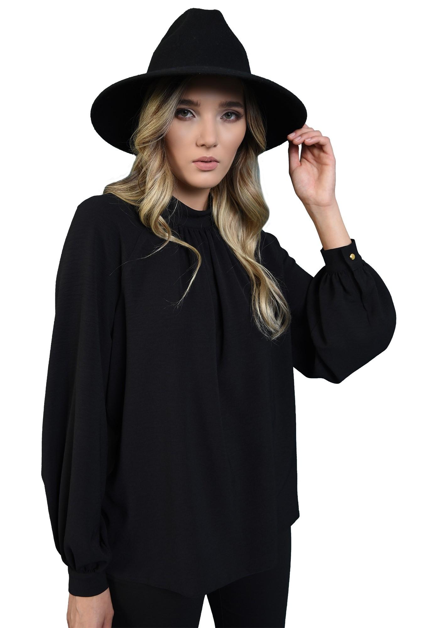 bluza lejera, neagra, cu guler inalt, cu pliuri