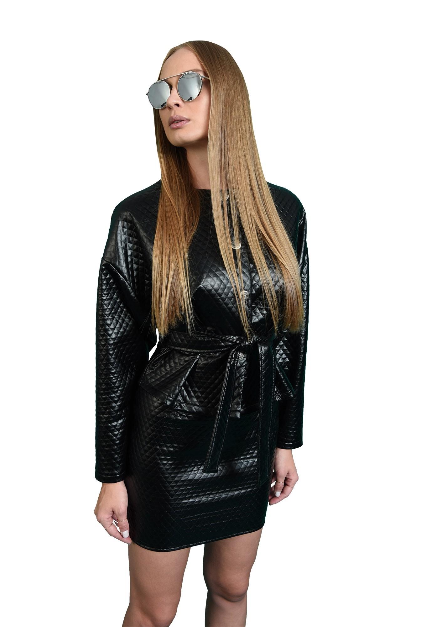 compleu negru, cu fusta scurta, cu jacheta cu capse