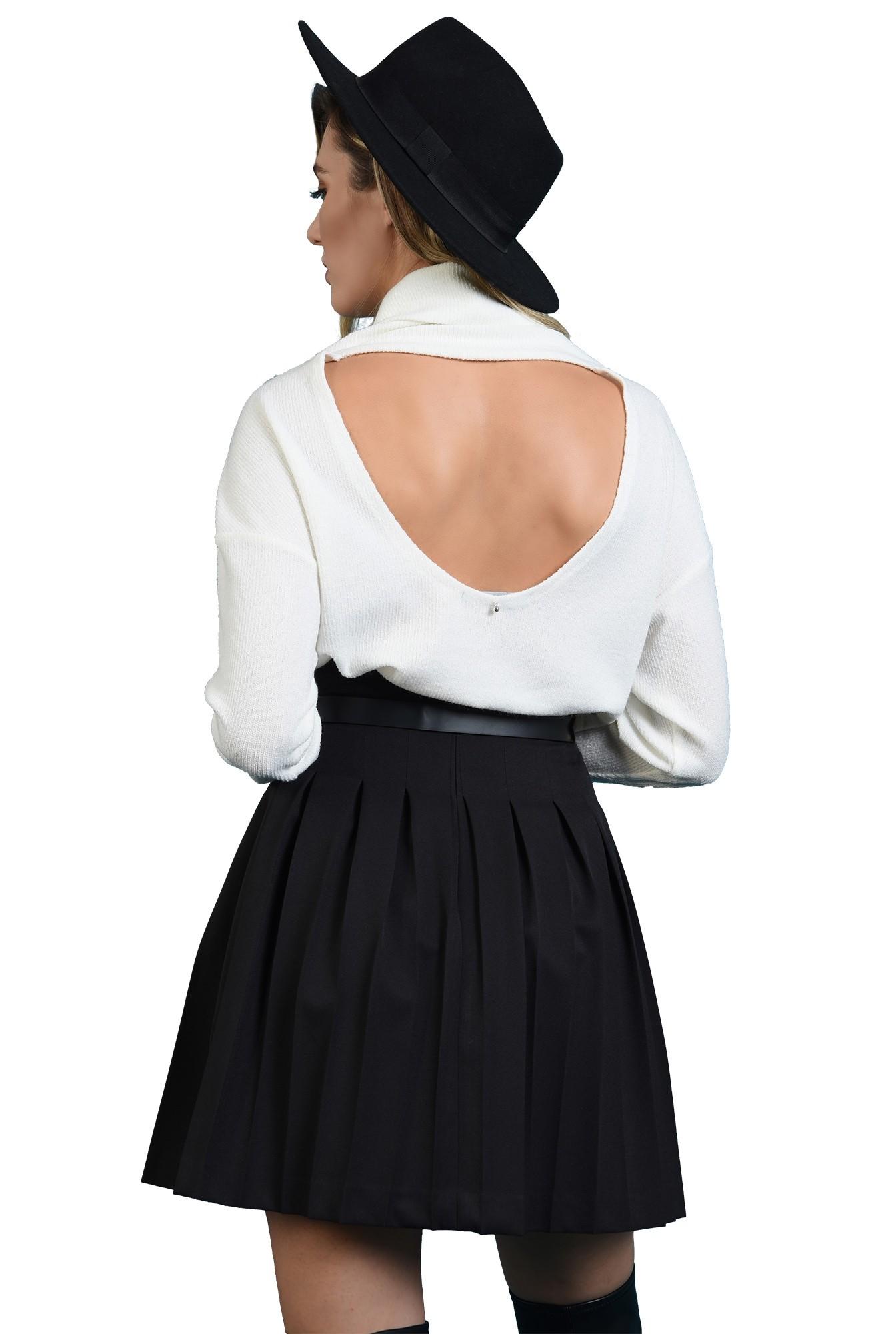 pulover alb, cu guler, cu spatele decupat, cu maneca lunga