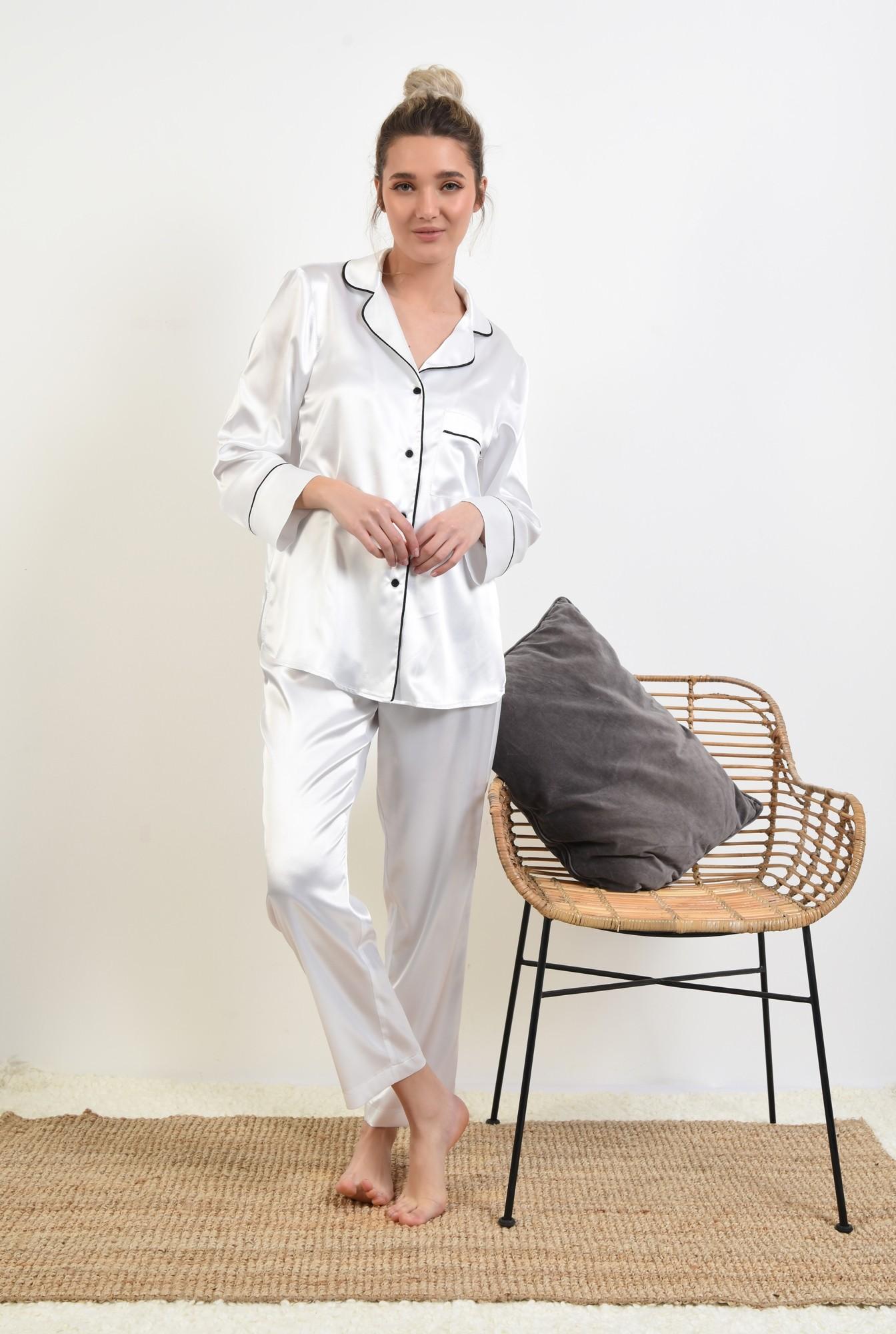 pantaloni din satin, albi, lungi, cu funda in contrast