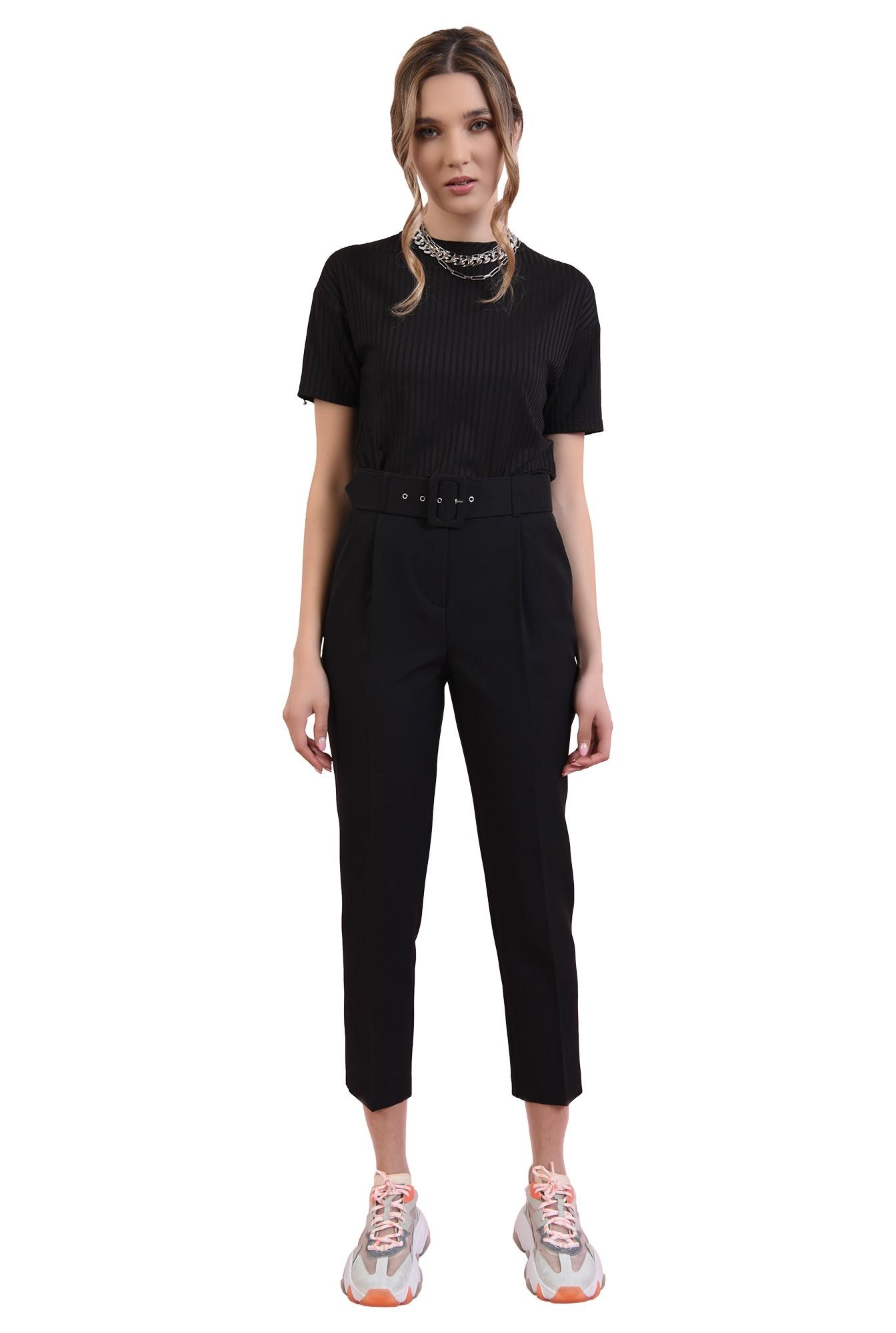 pantaloni negri, conici, cu centura