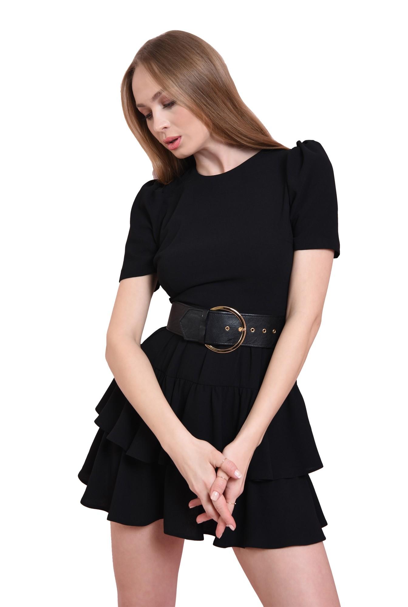 rochie neagra, cu umeri voluminosi