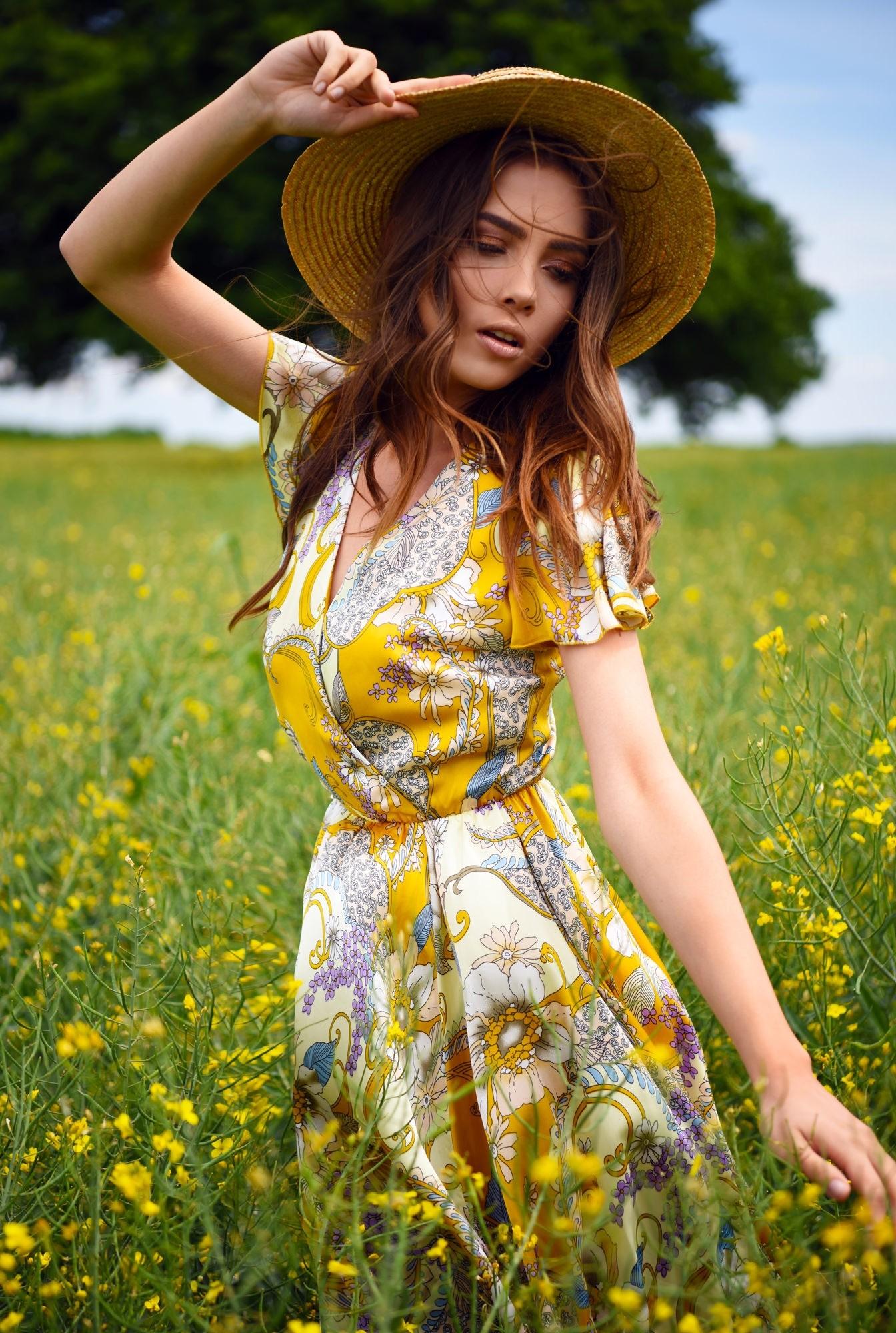 rochie de seara, clos, cu flori, anchior petrecut, maneci fluture