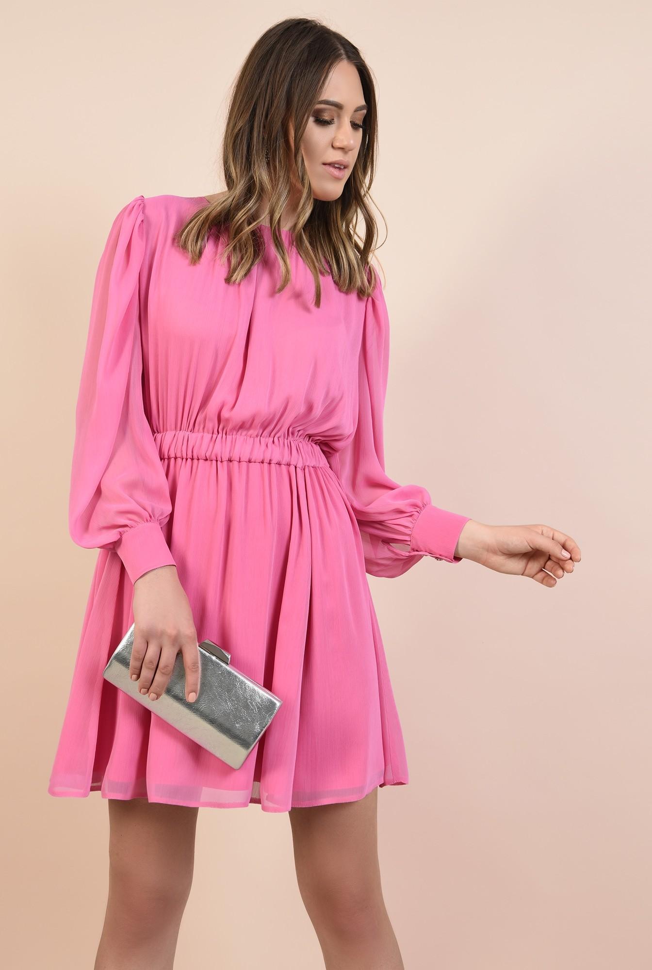 rochie de seara, din voal roz, nasturi bijuterie, decolteu fronsat la baza gatului