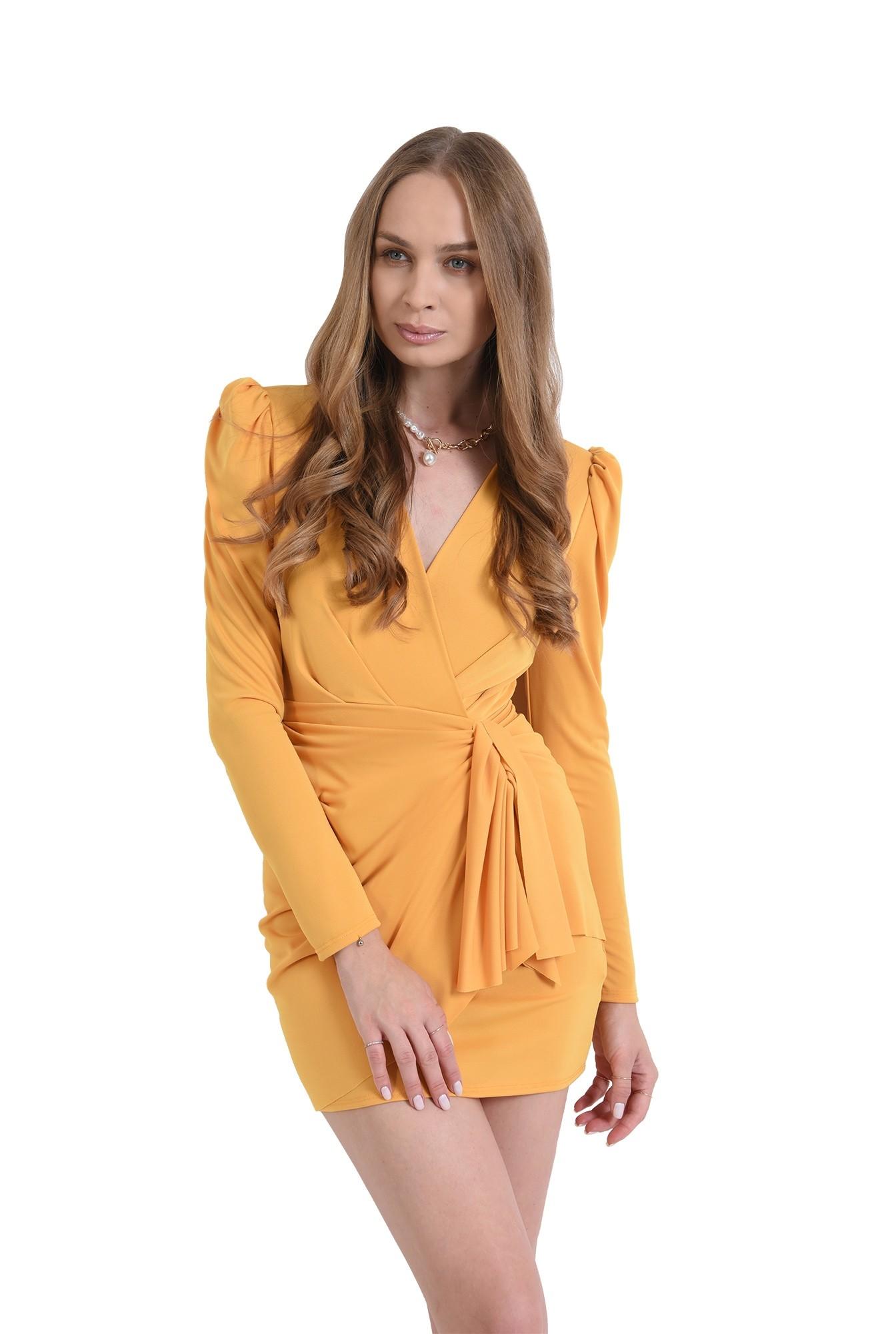 rochie cu detaliu, cu umeri accentuati, cu maneca lunga