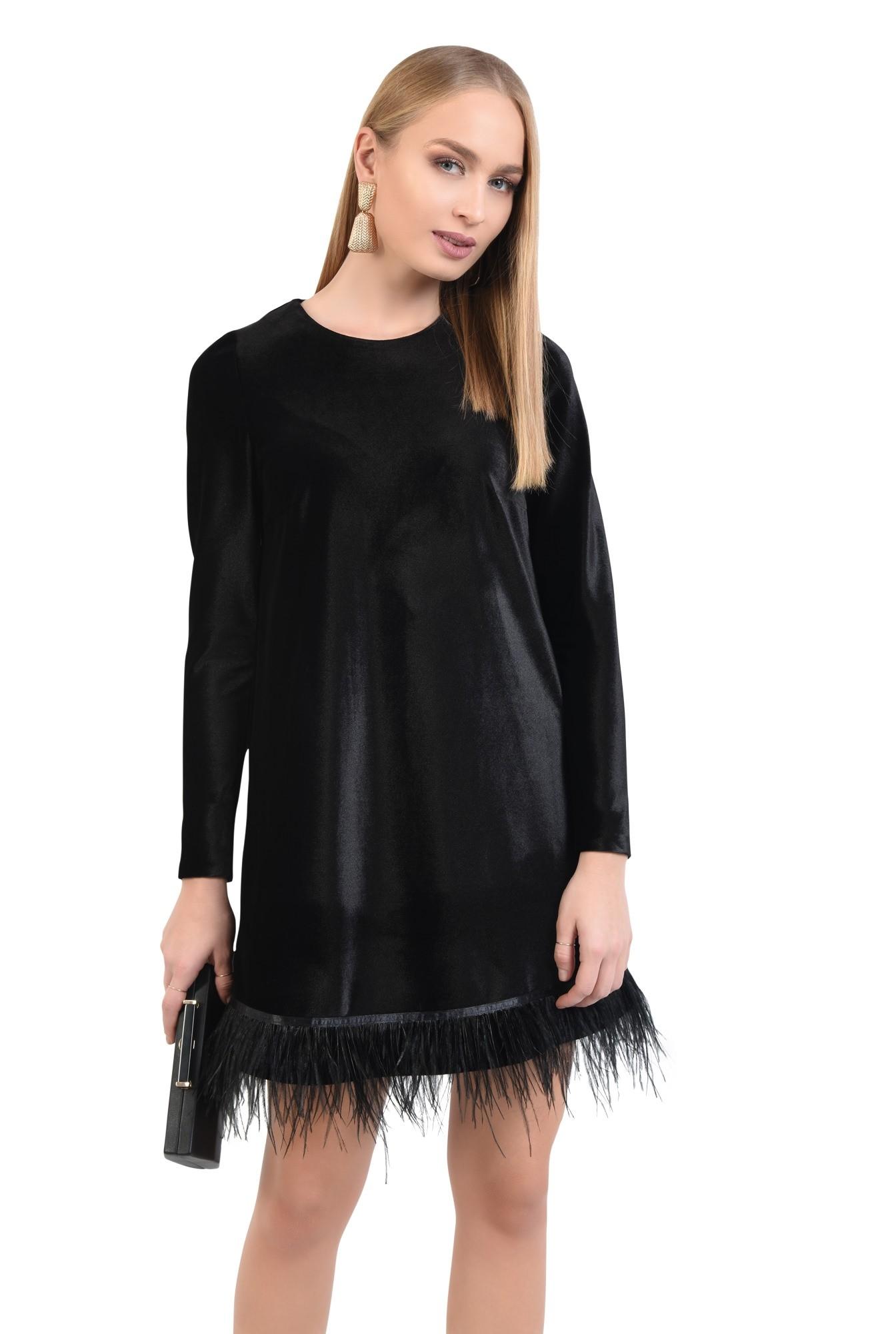 rochie de seara, neagra, scurta, croi drept lejer, bordura din pene