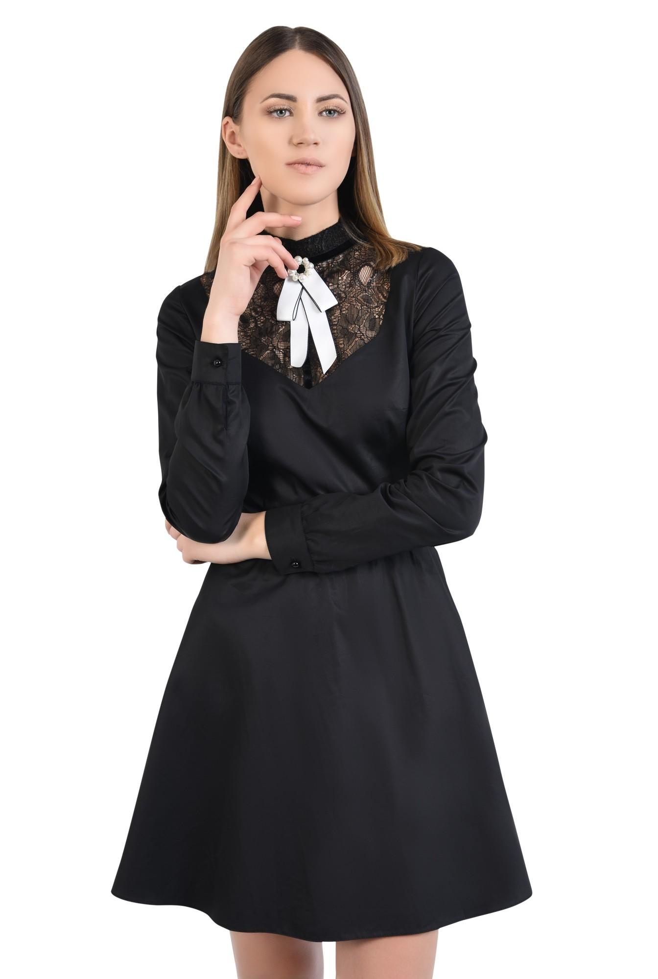 rochie neagra, cu platca din dantela, cu brosa, croi evazat