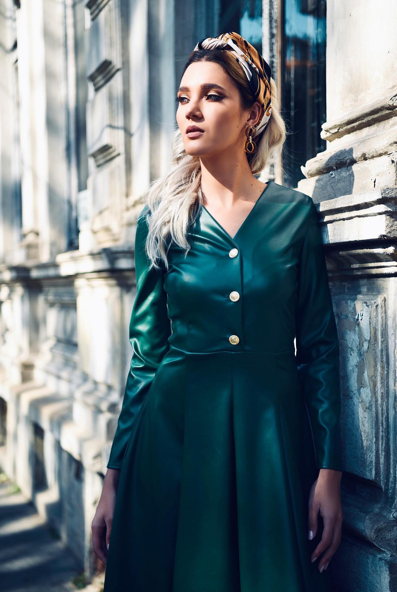 rochie verde, piele, nasturi auii, decolteu anchior