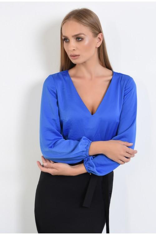 bluza albastra, tesatura fluida, inchidere cu butoniera